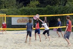 Kinder beim Beach-Volleyball