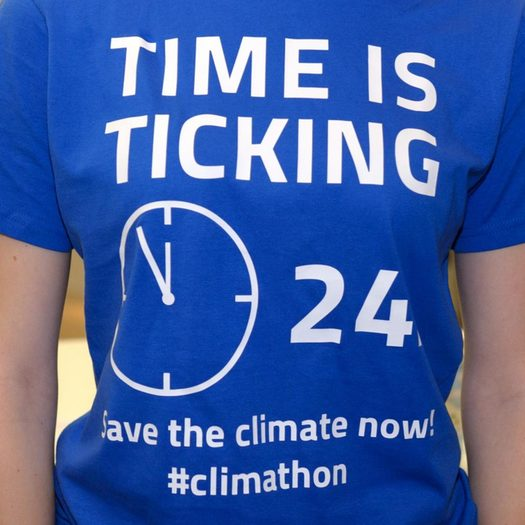 "Blaues T-Shirt mit dem Schriftzug: ""Time is ticking - save the climate now!"""